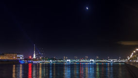 Panoramablicke des Flusses Neva zum Hochschuldamm Lizenzfreie Stockbilder