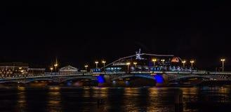 Panoramablicke des Flusses Neva zum Hochschuldamm Lizenzfreie Stockfotografie