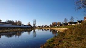 Panoramablicke des Flusses Tikhvinka und der Wände des Klosters Stockbild