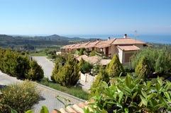 Panoramablicke des szenischen bergigen Geländes, das blaue Meer lizenzfreie stockbilder