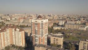 Panoramablickwohngebäude in der Stadt Stadtgebäude und bewegliche Autostraße lizenzfreie stockbilder
