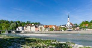Panoramacityscape av dåliga Tölz i den Bayern Tyskland med antagandekyrkan royaltyfria bilder