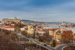 Panoramacityscape av den ber?mda turist- destinationen Budapest med Donau och broar Lopplandskap i Ungern, Europa royaltyfria bilder