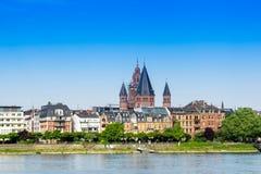 Panoramacityscape van Mainz met kathedraal en Rijn bij blauwe hemel royalty-vrije stock afbeelding