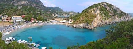 Panoramafoto av den Paleokastritsa stranden i Corfu Fotografering för Bildbyråer
