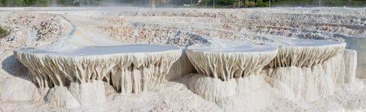Panoramafoto des Kalksteinhügels hergestellt durch Wasserabfluß lizenzfreie stockbilder
