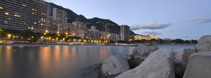 Panoramafoto des Monaco-Strandes am Sonnenuntergang Stockbild
