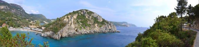 Panoramafoto des Paleokastritsa Strandes in Korfu, Stockbild