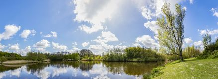Panoramafoto på våren av ett damm i Westerparken i Zoetermeer, Nederländerna arkivfoto