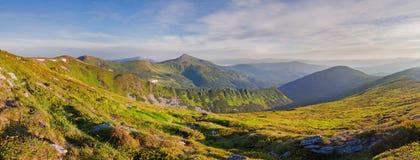 Panoramagebirgsrücken, der den Berg Hoverla übersieht Carpat lizenzfreies stockfoto