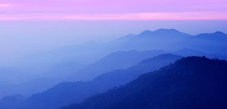 Panoramagebirgssonnenuntergang stockbilder