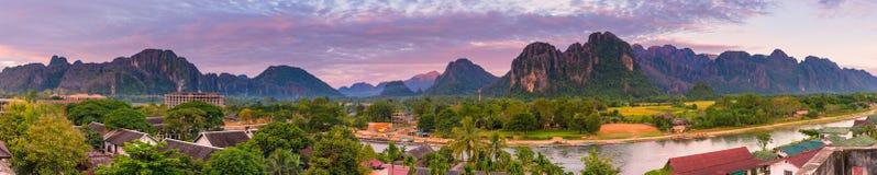 Panoramagezichtspunt en mooi landschap in Vang Vieng, Laos stock afbeeldingen