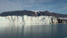 Panoramagletsjer op grens met oceaan noordpool