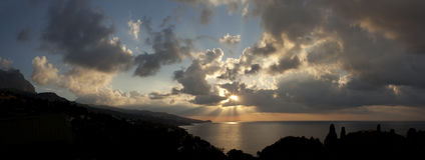 Panoramagryninghimmel över havet Royaltyfria Bilder