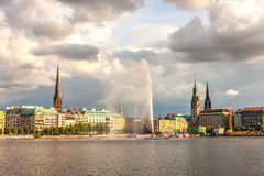 PanoramaHamburg centrum med stadshuset och en springbrunn Arkivbild