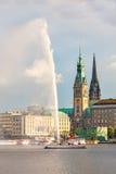 PanoramaHamburg centrum med stadshuset och en springbrunn Arkivfoton