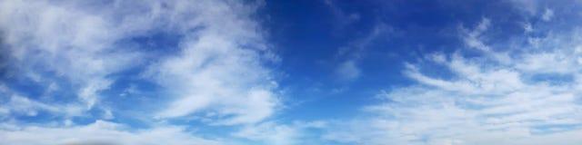 Panoramahimmel med molnet på en solig dag arkivbilder