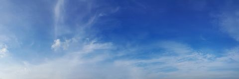 Panoramahimmel med molnet på en solig dag royaltyfri foto