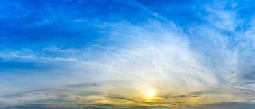 Panoramahimmel med sol- och molnbackgrond royaltyfria bilder