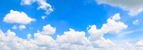 Panoramahimmel och moln i härlig bakgrund för sommartid fotografering för bildbyråer