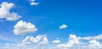 Panoramahimmel- och molnbakgrund royaltyfri bild