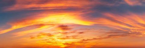 Panoramahintergrund des Dämmerungshimmels und der Federwolkewolken Lizenzfreies Stockfoto