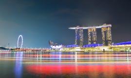 Panoramahintergrund von Marina Bay, Singapur-Stadt nachts mit langem Belichtungslicht des Bootes stockfotos