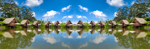 Panoramahus i sjön med blå himmel i dagsljus HDR Arkivbilder