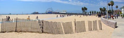 Panoramaic sikt av Santa Monica Beach och pir Arkivfoto