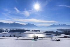 Panoramalandschaft im Bayern an den Alpenbergen lizenzfreies stockbild