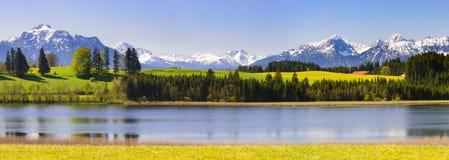 Panoramalandschaft im Bayern mit Alpenbergen lizenzfreie stockfotos