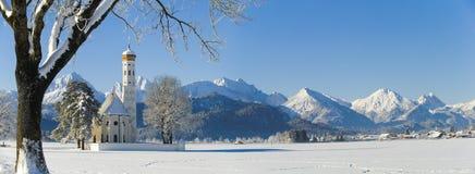 Panoramalandschaft im Bayern mit Bergen am Winter lizenzfreie stockfotos