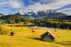 Panoramalandschaft im Bayern mit See und Bergen lizenzfreie stockfotos