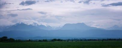 Panoramalandschaft und -ansicht am Kaukasus, nahe Elbrus-Berg lizenzfreie stockfotografie