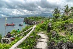 Panoramalandschaftsazurblaues Meer und ein touristisches Boot nahe kleiner Insel Crystal Coves nahe Boracay-Insel in den Philippi stockbilder