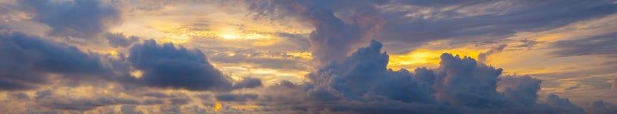 Panoramalandschaftssonnenuntergang über dem Meer Stockbilder