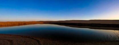 Panoramalandschap bij Grote zandoverzees en meer rond Siwa-oase bij zonsondergang in Egypte royalty-vrije stock foto's