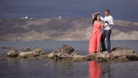 Panoramalandschap met paar in liefde stock footage