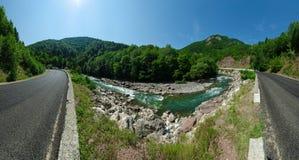 Panoramalandskap av härliga White River i caucasian berg i Adygea, Ryssland 23 region Krasnodar Arkivfoto