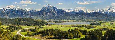 Panoramalandskap i Bayern med fjällängberg arkivfoton