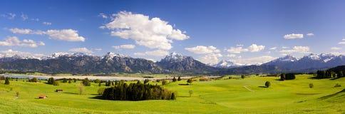 Panoramalandskap med den fjällängberg och sjön i Bayern arkivfoto