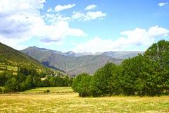 Panoramalandskap med fördunklad blå himmel Arkivbild