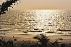 Panoramalandskapsikt av havsstranden i solnedgången MUMBAI, MAHARASTRA, INDIEN royaltyfri fotografi