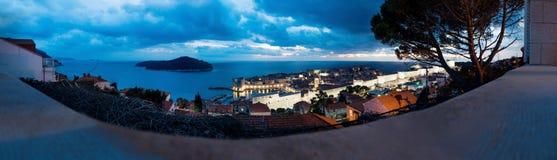 Panoramaluftnachtansicht von Dubrovnik, von Lokrum-Insel und von Ozean mit drastischem cloudscape, Kroatien lizenzfreie stockfotos