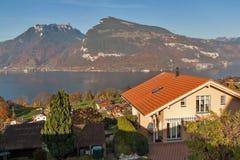 Panoramameer Thun in Zwitserland apls dichtbij stad van Interlaken Stock Afbeelding