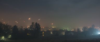Panoramamening aan het Vuurwerk van de Nieuwjarenvooravond in Regensburg, Silvester 2018, Duitsland Royalty-vrije Stock Afbeeldingen