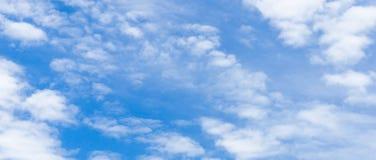 Panoramamening van aardige blauwe hemel Stock Afbeeldingen