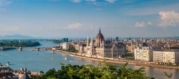 Panoramamening van Buda bij het parlement met de rivier van Donau in Boedapest Royalty-vrije Stock Afbeeldingen