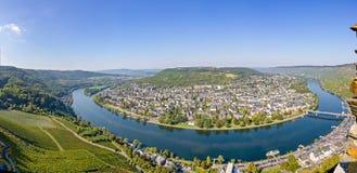 Panoramamening van de kromming in de rivier van Moezel in Traben Trarbach, Duitsland stock afbeeldingen