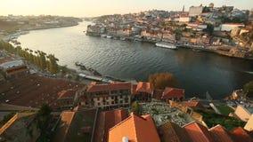 Panoramamening van de rivier en Ribeira van Douro tijdens zonsondergang Reis stock video